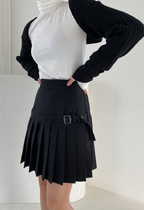 buckle pleats mini skirt